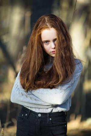 Porträt eines netten zwölfjährigen Mädchens im Park. Standard-Bild