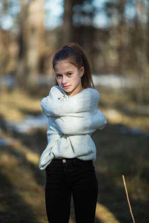 Porträt eines zwölfjährigen süßen Mädchens, Fotoshooting im Frühlingspark.