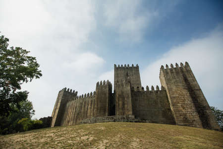 Vista del castello di Guimaraes (Castelo de Guimaraes) nella regione settentrionale del Portogallo. Archivio Fotografico