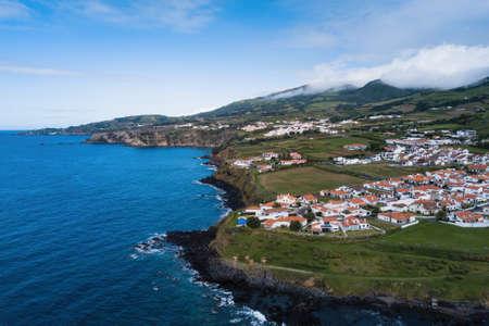 Blick auf die Insel San Miguel und die Küste von Atlantica, Azoren, Portugal. Standard-Bild