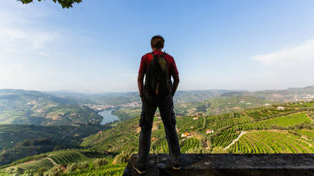 Traveler from the hill looks at on of the Douro Valley, Porto, Portugal. 版權商用圖片
