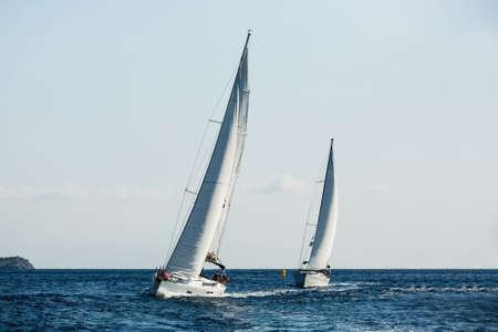 Barco de yates con velas blancas en el mar en regata de vela. Foto de archivo