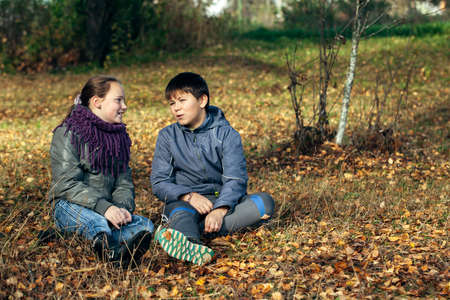 Couple of teenagers meet romantically in a Park. Stockfoto