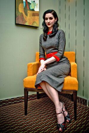 Model shot in the retro-vintage style, set: hotel room. Imagens