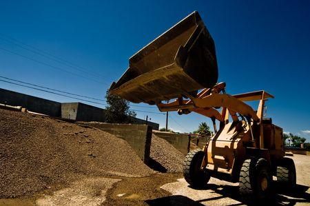 Werken bij het metselwerk fabriek is de productie van bouwmaterialen. Stockfoto - 3350787