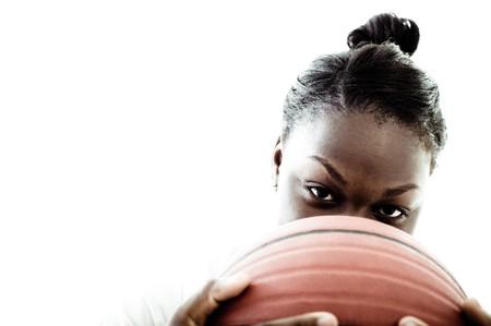baloncesto chica: Un jugador de baloncesto de la escuela secundaria, rodada en el estudio.