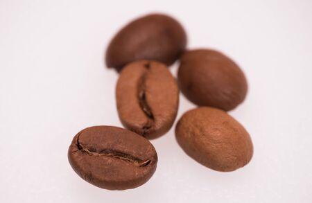 foto macro di cinque chicchi di caffè