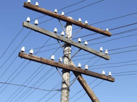 telegraaf: telegraaf paal tegen blauwe hemel