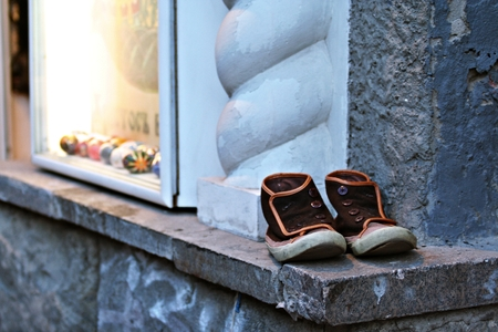 rummage: old shoes on the window