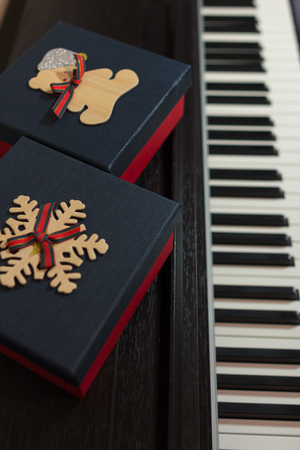 Two red gift boxes on the piano. Concept of congratulations and music. Stockfoto