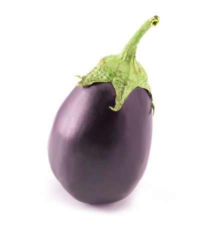 rijpe aubergine op een witte achtergrond