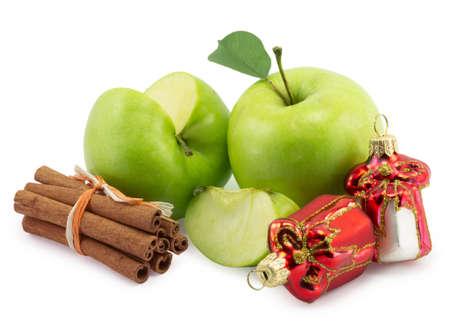 apple cinnamon: mela, cannella, Decorazioni di Natale su uno sfondo bianco