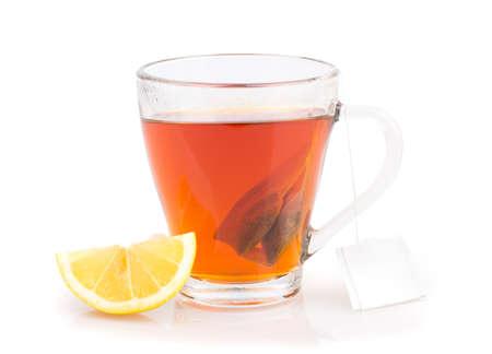 Tasse Tee mit Teebeutel isoliert auf weißem Hintergrund