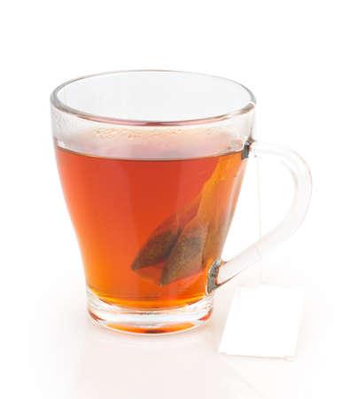 kopje thee met theezakje op een witte achtergrond