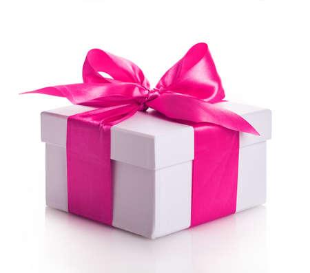 lazo rosa: caja de regalo de la cinta roja aislada en el fondo blanco Foto de archivo