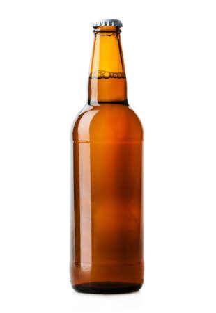 vasos de cerveza: botella de cerveza marr�n aisladas sobre fondo blanco