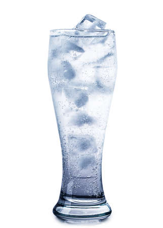 cubetti di ghiaccio: cubetti di ghiaccio isolato su sfondo bianco