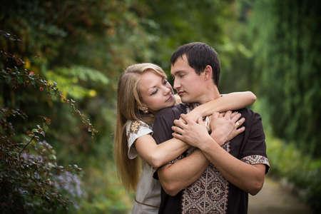 paar knuffelen park romantiek liefde