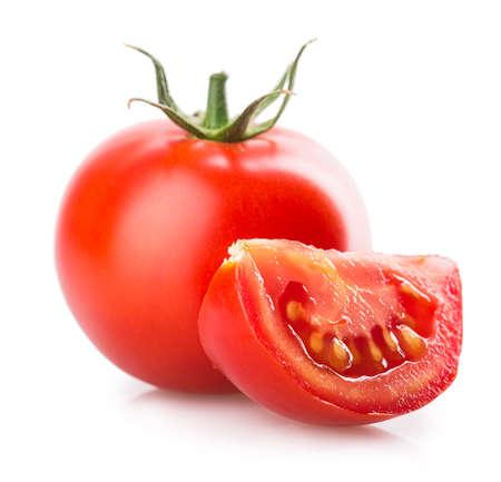 tomaat die op witte achtergrond wordt geïsoleerd