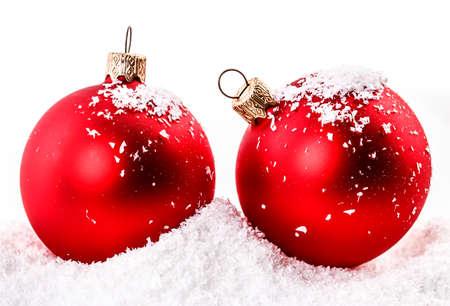 pelota: bola roja de Navidad en la nieve