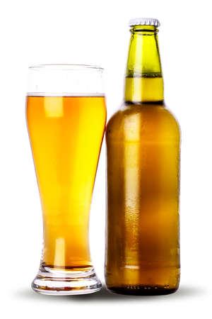 vasos de cerveza: botella de vidrio de cerveza aislado en el fondo blanco
