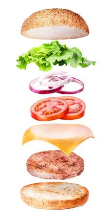 Volando ingredientes de hamburguesa aislado en el fondo blanco