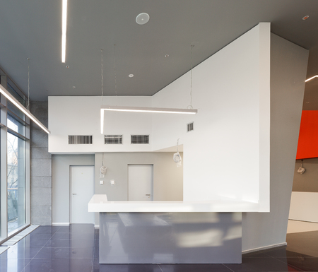Lege kantoor gerenoveerde receptie in modern gebouw