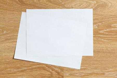 Twee van blanco bladen papier landschap oriëntatie op houten achtergrond