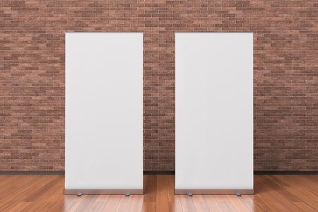 Twee lege witte rollen omhoog bannertribunes die in binnenland met het knippen van weg rond advertentiebanner worden geïsoleerd. 3D illustratie