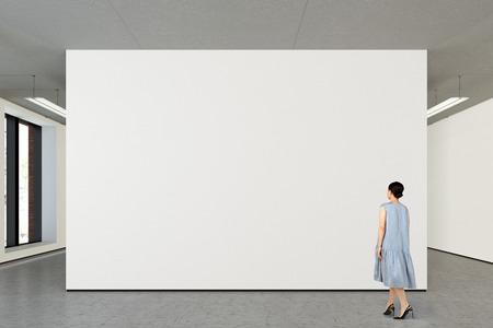Vrouw die lege muur in moderne galerij bekijkt. Poster geïsoleerd met uitknippad. 3D illustratie