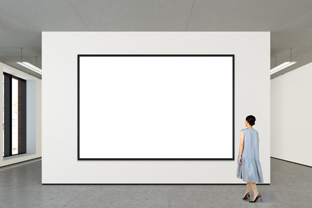 Vrouw die lege horizontale affiche in moderne galerij bekijken. Poster geïsoleerd met uitknippad. 3D illustratie Stockfoto