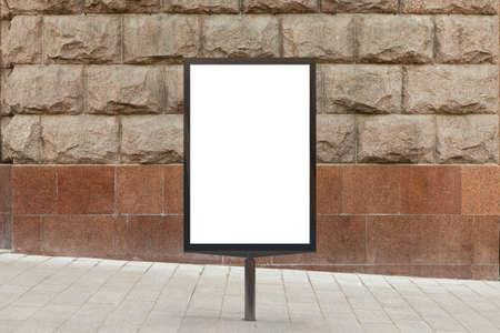 화강암 벽 배경에 빈 세로 거리 빌보드 포스터. 3d 일러스트 레이 션.