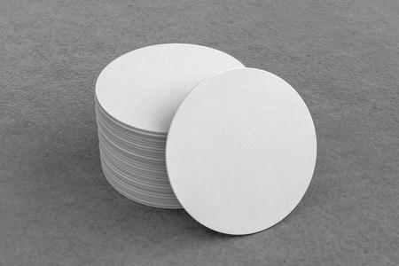 Weiße runde Bierdeckel auf grauem Hintergrund um Untersetzer. 3D-Illustration
