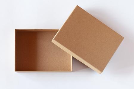 Imballaggio vuoto della scatola di cartone chiusa isolato su priorità bassa bianca. Visualizza sopra.