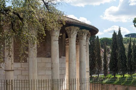 The Temple of Hercules Victor (Hercules the Winner) (Tempio di Ercole Vincitore) or Hercules Olivarius. Roman round temple in Piazza Bocca della Verita, in the area of the Forum Boarium. Rome, Italy Archivio Fotografico