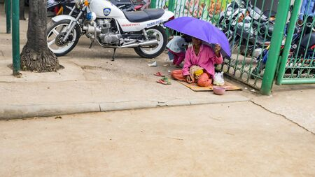 POIPET, CAMBODIA -  NOVEMBER 24, 2017: Poor family on The border crossing between Thailand and Cambodia. Thailand Cambodia border when traveling overland between Bangkok and Siem Reap. Редакционное