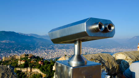 Coin Operated Binocular viewer next to the waterside promenade in Antalya the Bay and city. Observation deck - binocular with  telescope Turkey. Concept of travel and tourism. Beautiful panorama Banque d'images
