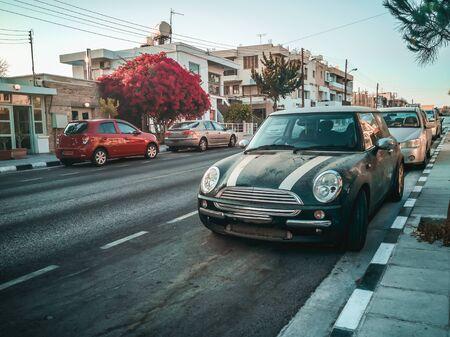 Un auto estacionado al costado de la calle. Foto de alta calidad Foto de archivo