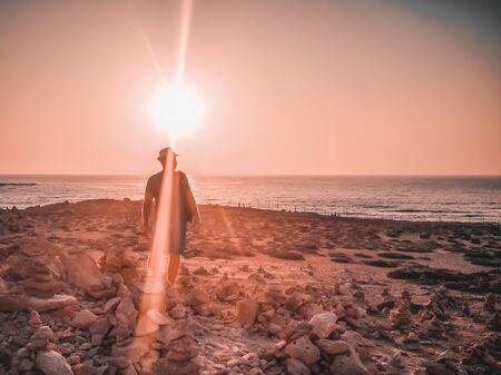 Pyramides de pierre aux tombeaux des rois à Paphos, Chypre. Pierres disposées en forme de pyramide sur fond de mer Méditerranée. ancien parc archéologique. Coucher de soleil. Espace de copie. Image filtrée Banque d'images
