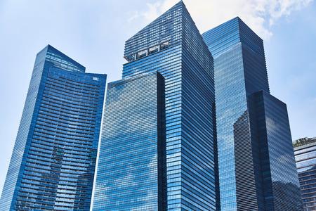 Hohe gläserne Wolkenkratzer auf den Straßen von Singapur.
