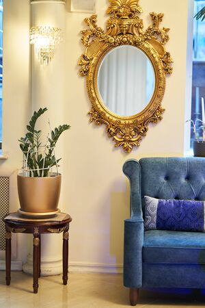 Old carved round mirror with gilding. Stockfoto
