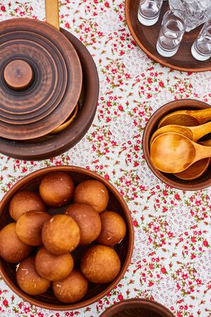 Wooden utensils. Wooden spoons and pots. Glasses of vodka. National cuisine of Russia. Stockfoto