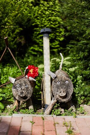 Decor Wooden piglets with thermometers in the yard. Stockfoto