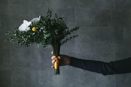 美丽的花束在妇女的手上。