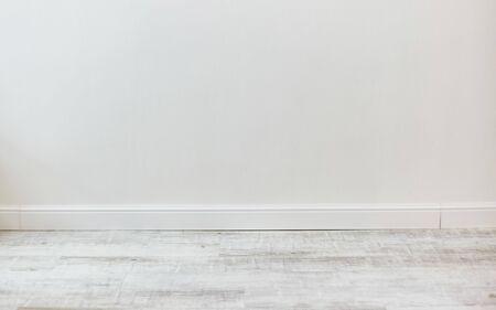 Habitación vacía con textura de pared de cemento blanco y patrón de piso de madera blanco Foto de archivo