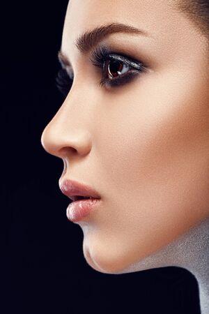 Close-up Bild von großer Schönheit Make-up Kunst. Schönheit. Schöne Frau Gesicht mit weichen Farben Lippenstift. Sexy Volle Lippen. Portrait des weiblichen Modell mit natürlichen Make-up. Kosmetik-Konzept. Skincare Konzept Standard-Bild