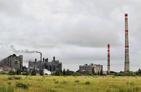 sustancias toxicas: Vista de la planta para la producción de electrodos en las inclemencias del tiempo