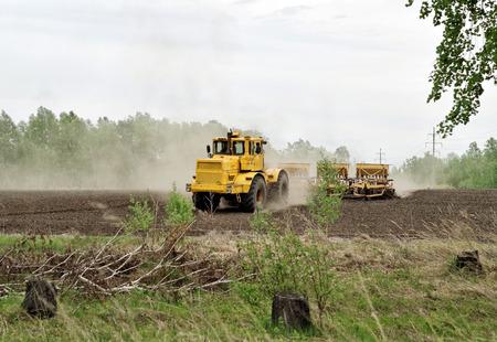 siembra: La preparación del suelo para la siembra a principios de primavera