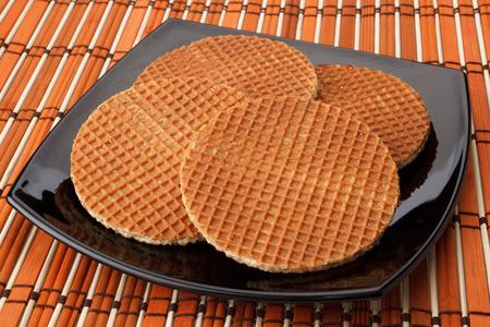 dessert plate: Quattro Holland cialde stile su un piatto da dessert nero