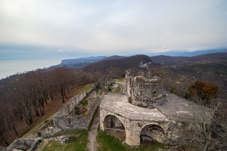 Winter view of the ruins of the Anakopia fortress of the 7th century on Iverskaya mountain in Novy Afon. Imagens